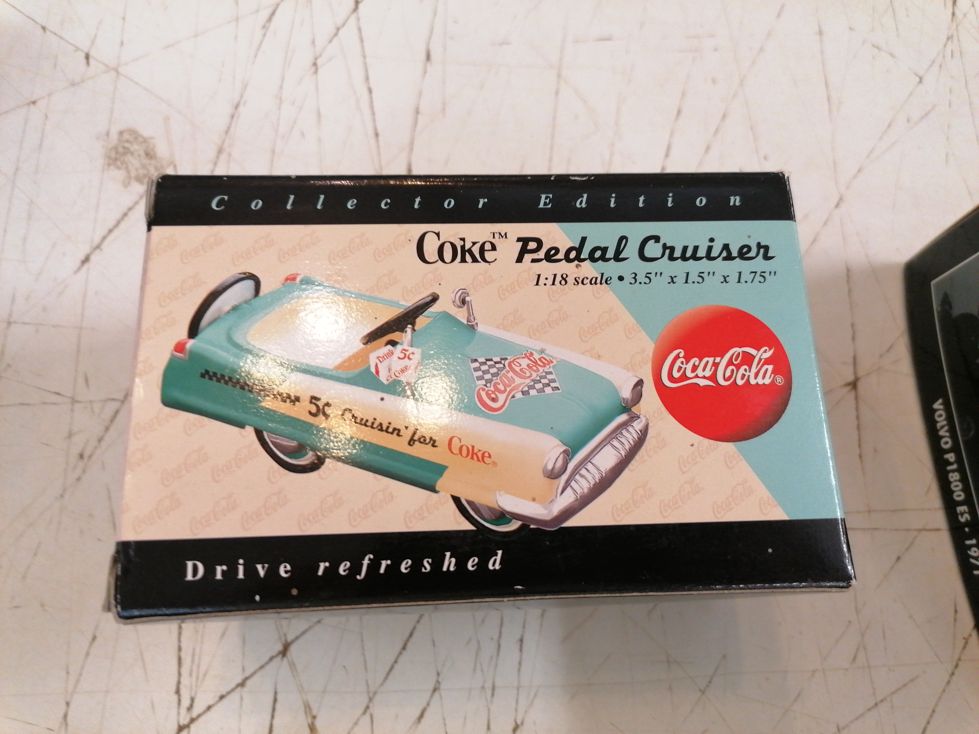 "<p>Miniature Coke Pedal Cruiser<br />Coca-Cola<br />15,00 € T.T.C<br /><a href=""/Article/110913?type=depose"" style=""color:white;"" target=""_blank"">Lien vers l&#39;article</a></p>"