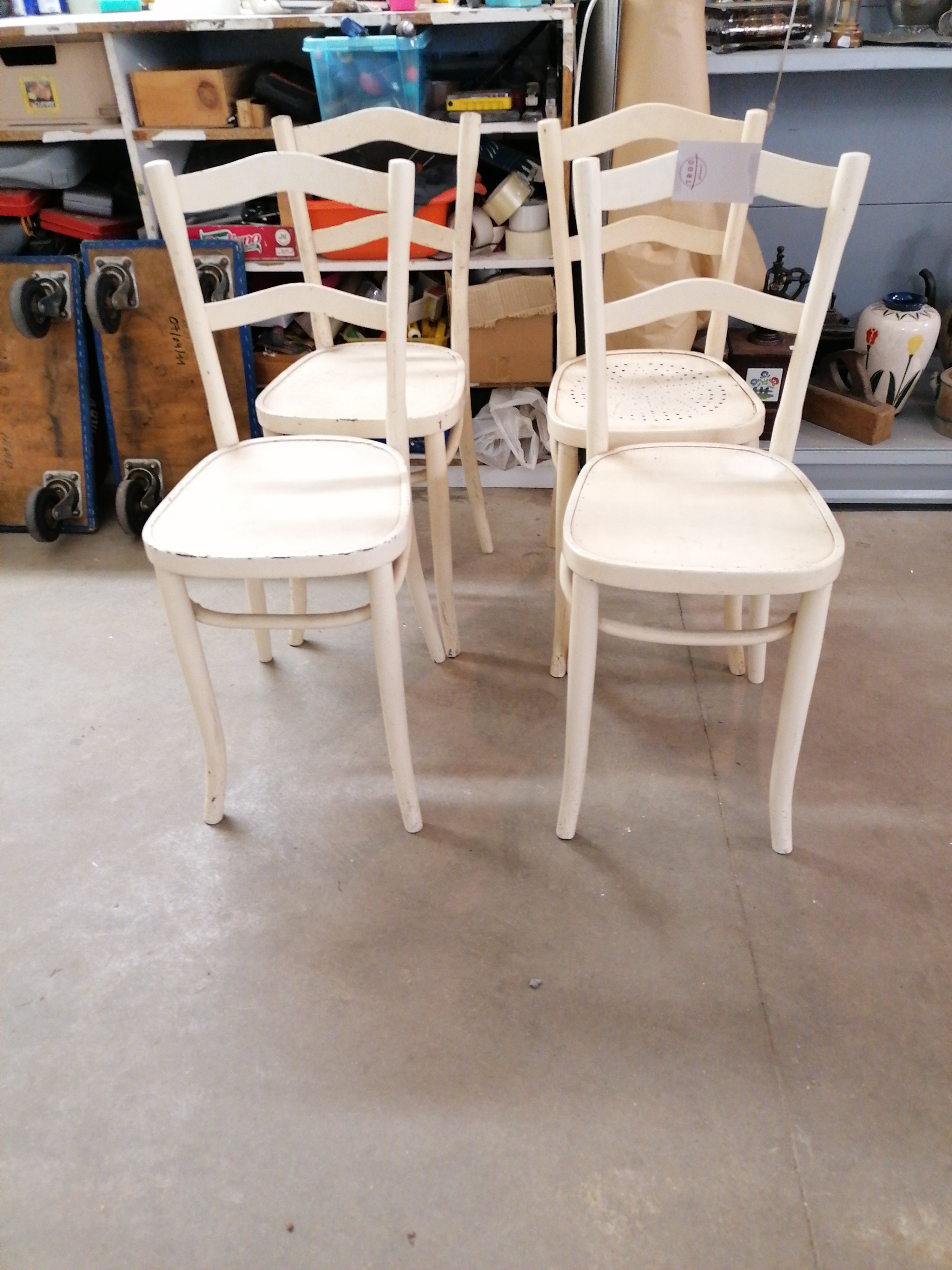 "<p>Lot 3 chaises blanches+<br />1 chaise<br />40,00 € T.T.C<br /><a href=""/Article/111004?type=depose"" style=""color:white;"" target=""_blank"">Lien vers l&#39;article</a></p>"